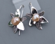 SMALL TRILLIUM PEARL EAR RINGS